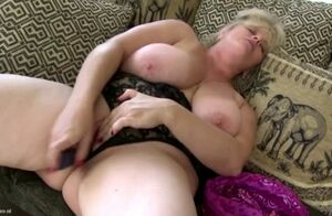 Bootylicious mature auntie drills her..