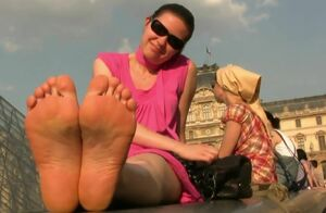 4 barefeet ladies of 4 diferents..